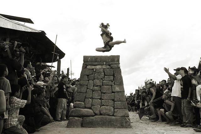 Thót tim với lễ hội Hombo Batu ở Sumatra