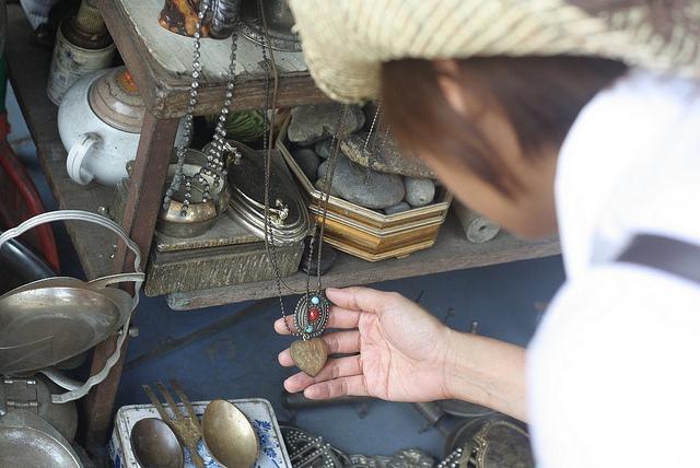 Ghé thăm khu chợ đồ cổ Jalan Surabaya