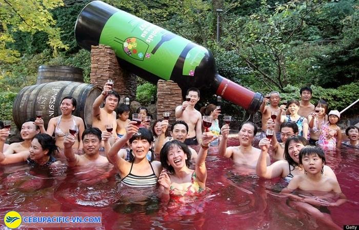 Tắm nước nóng rượu vang ở Yunessun