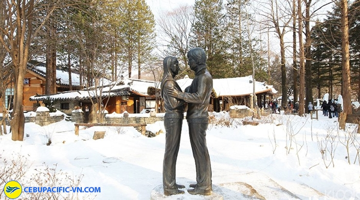 bức tượng cặp đôi diễn viên Bae Yong Joo và Choi Ji Woo