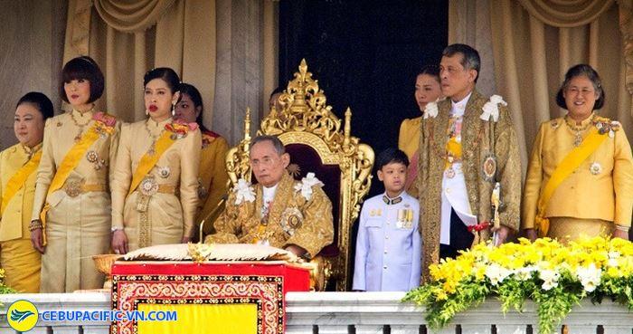 Quốc vương Thái Lan Rama IX (người ngồi giữa trong ảnh) chính là người đã cho xây dựng núi Phật Cheechan
