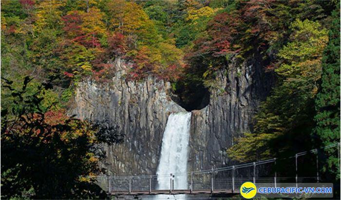 Thác Naena - một trong 3 thác nước đẹp nhất Nhật Bản