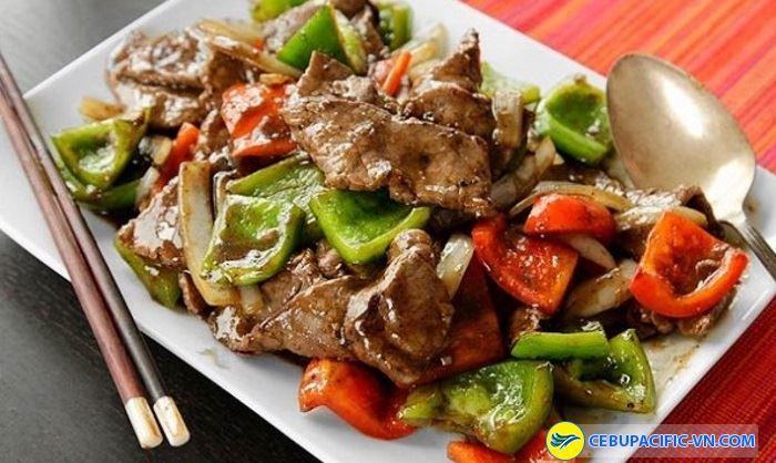 Thịt cừu xào nổi lên là vị cay của ớt