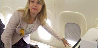 Mở tấm che cửa sổ để phòng trường hợp sự cố xảy ra trên máy bay